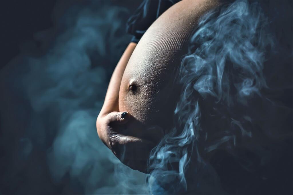 Курение во время беременности: стоит ли бросать и когда курить можно