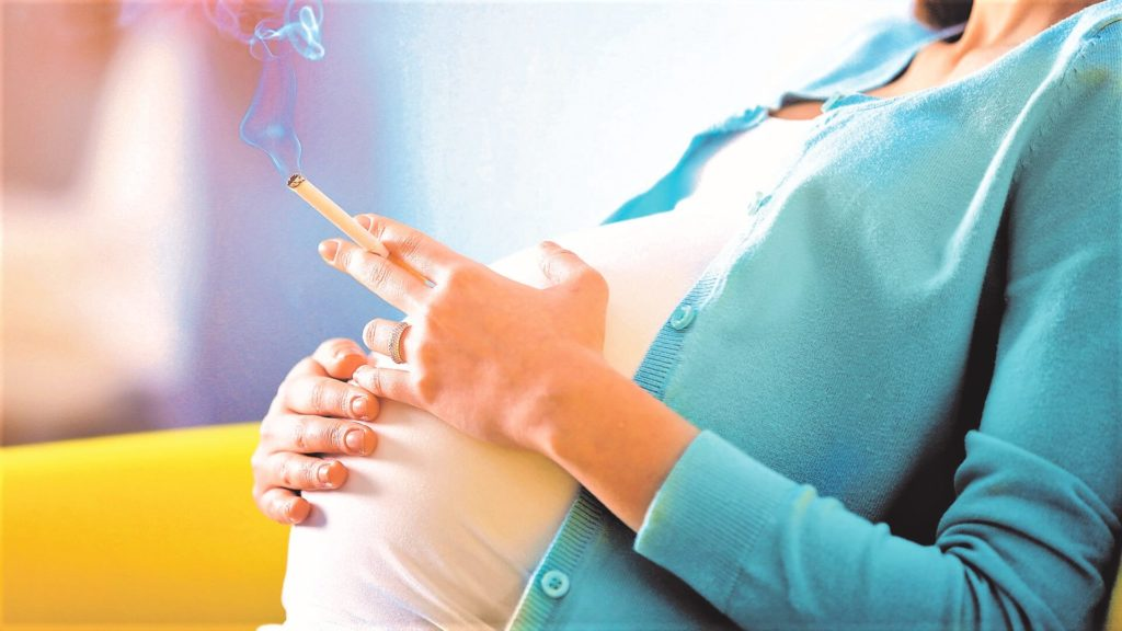 Курение беременной женщины